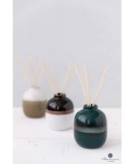 Keramikiniame inde namų kvapai su lazdelemis